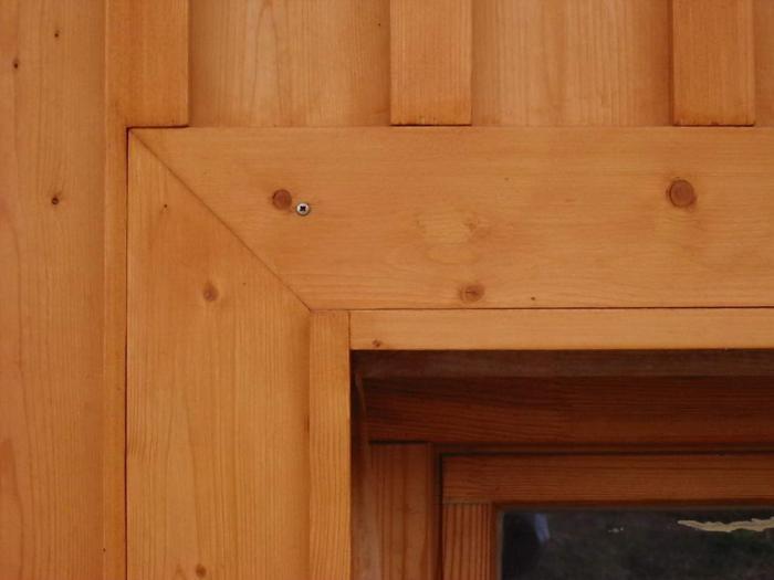 Ablak a faburkolatban, részlet
