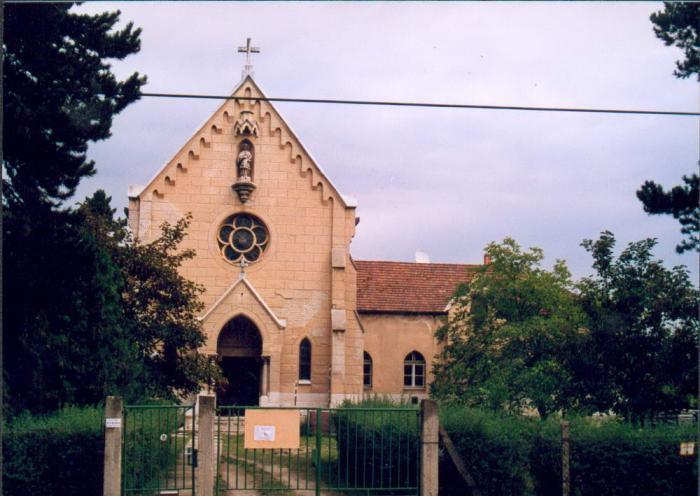 A kápolna és a plébánia a felújítás előtt
