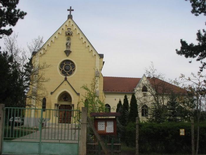 A kápolna és a plébánia a felújítás után