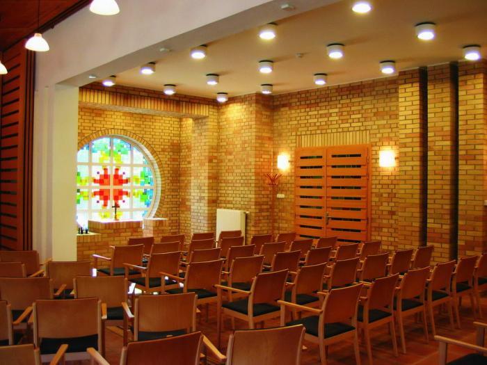 Az előadótérből a kápolna felé