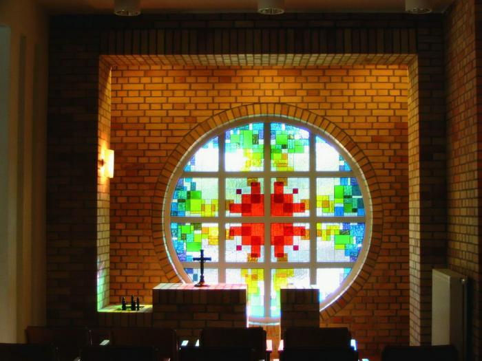 Az oltártér Mezősi Eszter üvegablakával