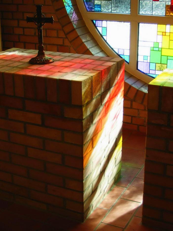 Az oltár színes fényekkel
