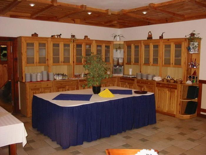 Svédasztal és tálaló szekrény