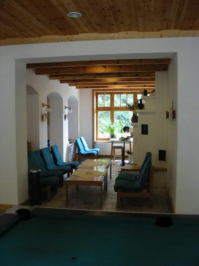 A recepció melleti várakozó tér, kályhával