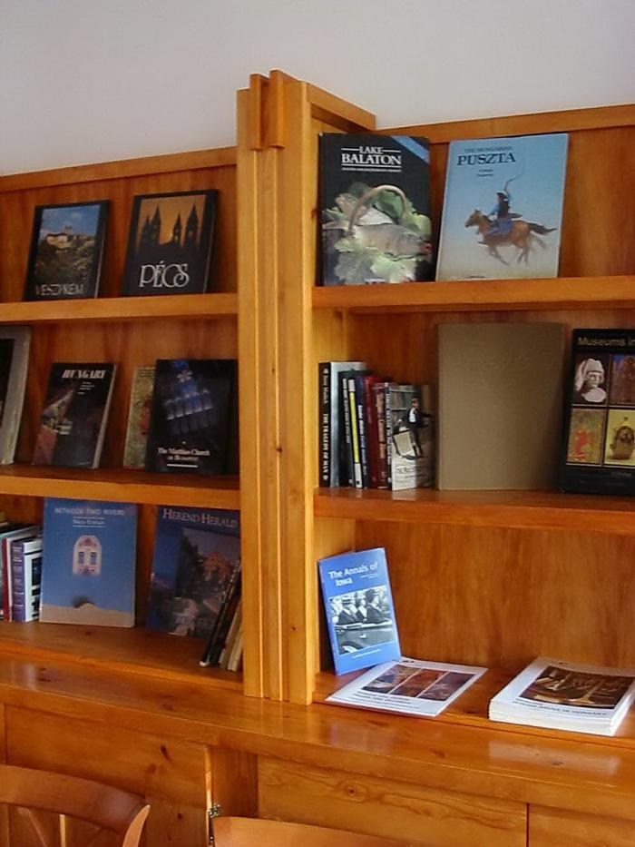 Könyvespolc részlet